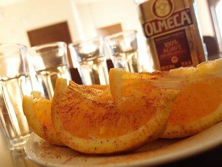 Tequila naranccsal és fahéjjal felszolgálva