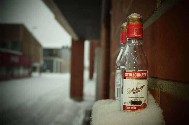 Kis üveg vodka a hóban