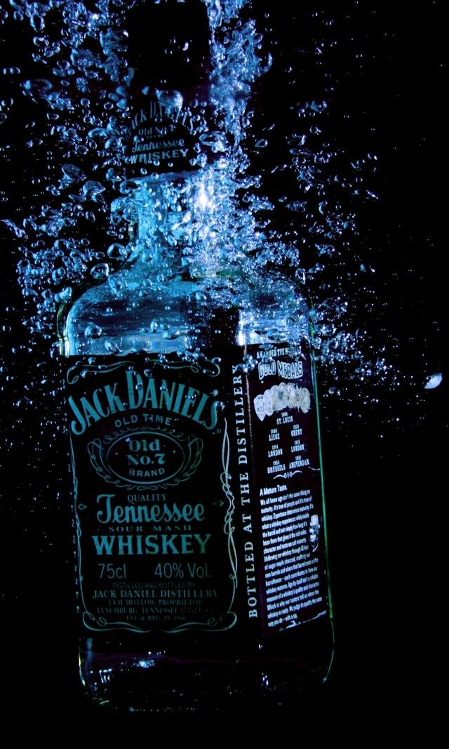 A Jack Daniel's üveg is szeret megmártózni