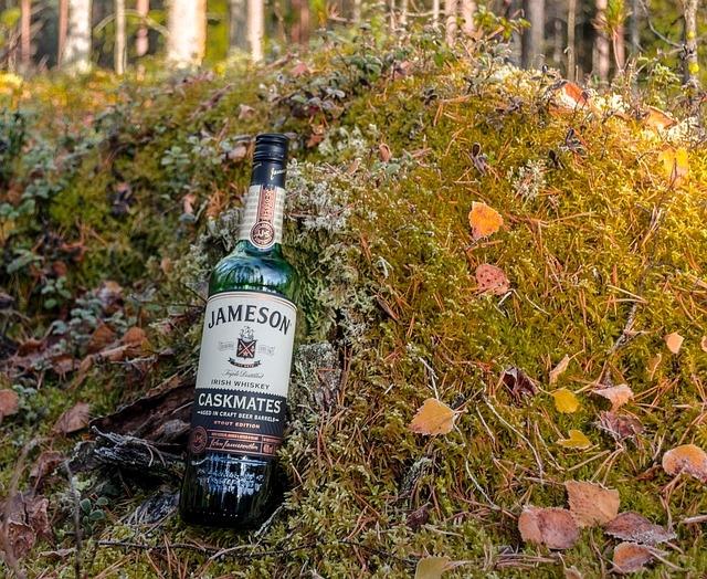 Jameson ír whiskey az avarban