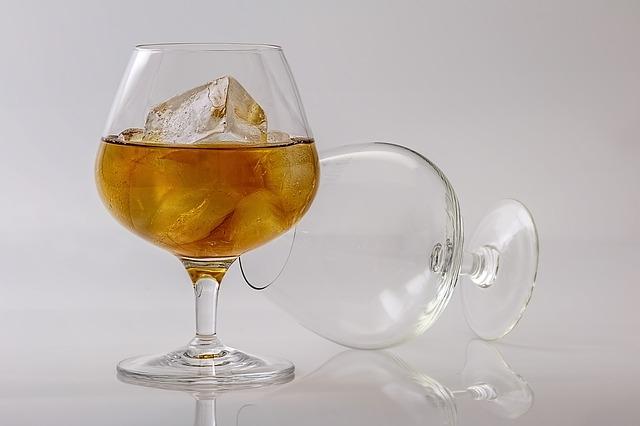 Konyak jéggel, pohárban