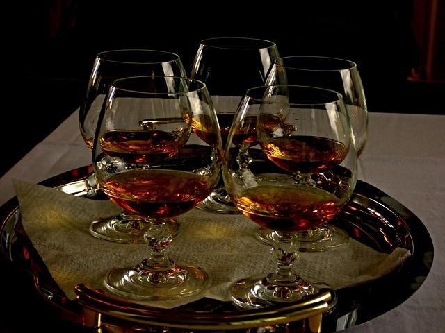 Öt pohár konyak tálcán