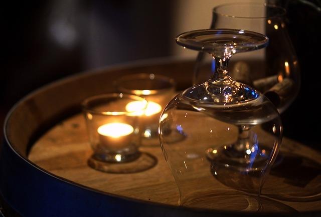 Konyakos pohár és gyertyák