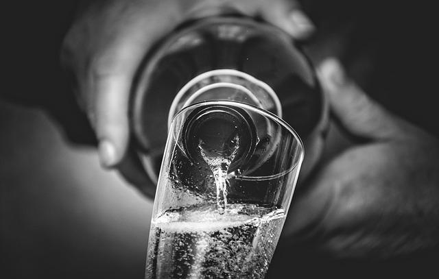Prosecco töltése pohárba