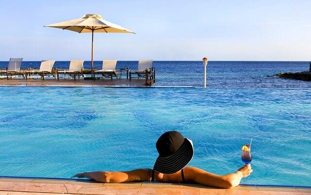 Curacao koktél a vízparton