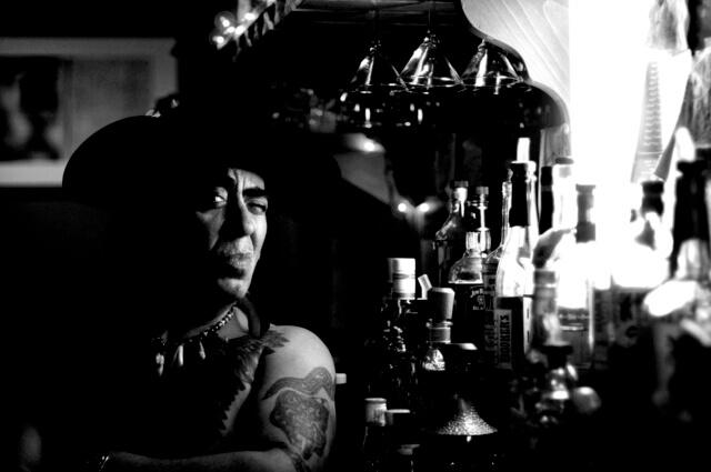 Amerikai őslakos whisky pult előtt